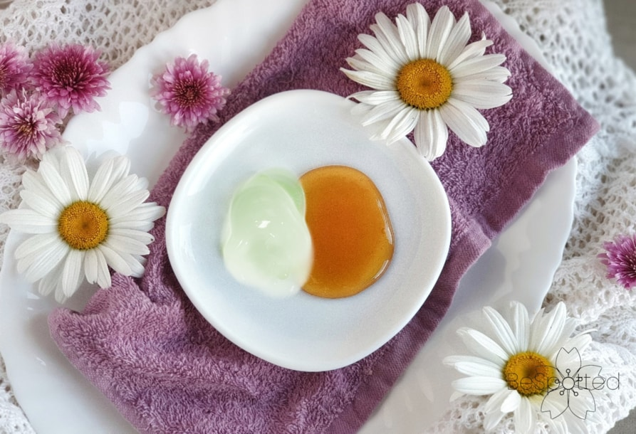 How to make a face mask with honey and aloe vera gel - Step 1 - Put all the ingredients into a small bowl.