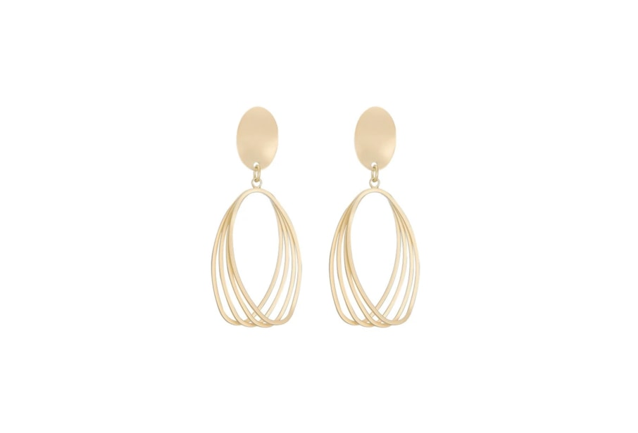 Oval hoop earrings in the color of gold - one of the spring wardrobe essentials