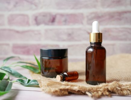Amber bottles filled with best non comedogenic oils for face